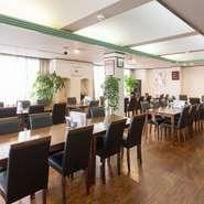 パーテーションで区切って半個室としても使えるし、パーテーションを全部とって、貸切にすることも可能。最大60人まで、着席で宴会ができます。広い会場で、料理を楽しみながら、ゆったり交流することができます。