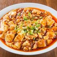 アツアツのものをお客さまに出すため、豆腐は湯通ししてから煮込み、ラー油で仕上げています。