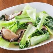 味がしみた干シイタケと、シャキシャキしたチンゲンサイが、口の中で絶妙なバランスになる炒め料理です。