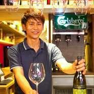 グラスで気軽に飲める国産ワインが常時20種類用意されている【JAPANESQUE】。もちろん、ボトルワインもそろっています。料理に合わせたり、香りで選んだりと、自分好みの1杯を見つけてみては。