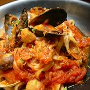 ムール貝とアサリの貝尽くしのパスタ。海の香りの旨味のあるトマトソースが決め手。