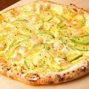 エビとスライスしたアボカドを敷き、自家製タルタルソースをたっぷりかけたピッツア。人気メニューです。