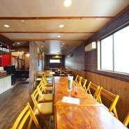 色と形で変化をつけた椅子やテーブルがおしゃれな雰囲気。一人でも気軽に過ごせるカウンター席もあります。