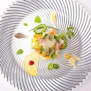 薄めのドレッシングを使い、旬の野菜が持つ食感、甘みやほのかな苦味など野菜本来の味わいを楽しめる一皿。