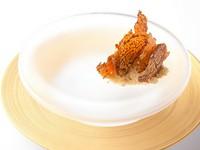 香り高い椎茸のチップスの下に敷かれているのは、粉末状にしたフォアグラ。ちなみにサーブルとは「砂」の意