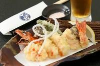食感も楽しんで欲しいからあえて大きく切って、サックリと揚げた海老の天ぷらは、おつまみとして最適です。