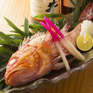 築地市場に出回る前、銚子港から直接配達されるという新鮮な魚は、身も引き締まり魚の味がはっきりと分かるほど。お造りをはじめ、煮付けや岩塩焼きなど、美味しさが十分に伝わる調理法でじっくりと堪能できます。