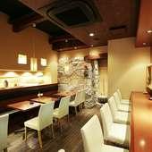 和モダンなつくりの1階には、カウンターとテーブル席があります