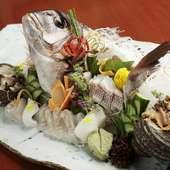 身の締まった鯛を2種類のつくりで味わう『鯛の姿盛り』。飾り切りした野菜が彩りを添えます