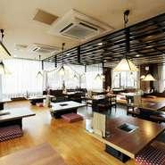 小人数なら板の間、個室・宴会はお座敷、車椅子でも利用可能なテーブル席があり、幅広い客層に対応します。