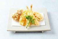 食材ごとに衣の着せ方や適温の油の温度で揚げた旬の野菜5種、メインに海老の天ぷら2本が入った天ぷら盛り合わせです。