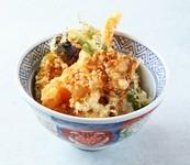 熟練された職人が揚げた海老や旬の野菜4種の天ぷらを秘伝のタレでくぐらせた海老野菜天丼。お昼でのご利用に一番人気のお弁当です。