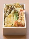 磨き上げた『揚げ』の技術。三太郎の天ぷらは食材によって衣の着せ方を変え、素材毎に適温の温度で揚げています。『天ぷら弁当上』には生け簀から出したばかりの巻海老や旬の野菜、魚の天ぷらが入る人気の弁当です