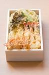 【特別な日に】三太郎の天ぷらは食材によって衣の着せ方を変え、素材毎に適温の温度で揚げています。『天ぷら弁当特上』には生け簀から出したばかりの巻海老が3本に旬の野菜や魚の天ぷらが入る人気の弁当です。