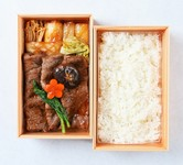 芳醇な肉の旨味を口の中で感じられる厳選された黒毛和牛を三太郎秘伝の割り下で丁寧に焼きました。 つやつやのお肉と白飯の組み合わせは至福のひとときです。ご自宅でのお食事やお土産に人気のお弁当です。