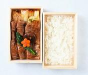 『特別な日のお食事に』               芳醇な肉の旨味や甘みを口の中で感じられる厳選された仙台牛を三太郎秘伝の割り下で丁寧に焼きました。つやつやのお肉と白飯の組み合わせは至福のひとときです
