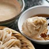 こだわりの小麦粉とそば粉で天然水仕込の自家製麺