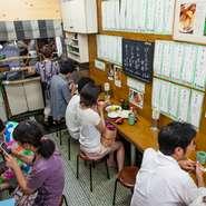 古くから市場関係者が仕事の合間に訪れていた店だけにひとりでも気兼ねなく訪れることができます。現在ではガイドブックを片手に訪れる観光客も増えましたが、気さくな食堂の雰囲気は昔のまま。