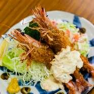 活車海老を頭付きで揚げる看板料理。香ばしい衣とプリっとした海老の食感のハーモニーが絶妙。