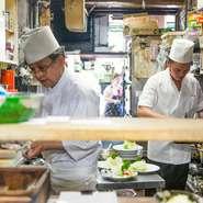 石塚英明シェフは、この道50年のベテラン。手際よい調理で素材の魅力を引き出しています。