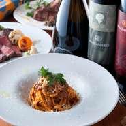 """国内外から取り寄せた選りすぐりのお肉や新鮮な国内産のお魚、野菜を使用した当店の料理は、全て自慢の逸品。""""ワイン""""とのマリアージュをお楽しみください。"""