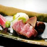旨みの強い松茸の笠の部分とサーロインを、銀杏と一緒に蒸した一口大のもち米と一緒に。