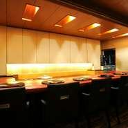 カウンター席は全7席。一人や少人数で静かにコース料理を味わいたい向きには最適のスペースです。