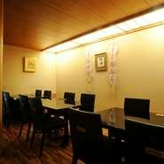 和モダンなテイストで落ち着いた雰囲気の店内には、黒いレザーの椅子が並ぶテーブル席が12席。控えめの照明で、接待やデートなどにも向いています。
