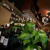 カウンター席で1人ワインを楽しむのもステキな大人の隠れ家