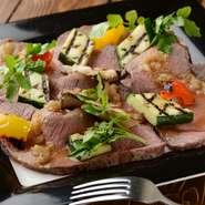 ジューシーな自家製ローストビーフ。季節の野菜で彩りも鮮やか
