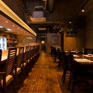 コンクリート壁に、木の温もりを加えてモダンな内装に。貸切パーティーにも利用できる素敵な空間。