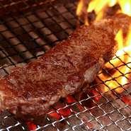 ヘルシーな赤身肉、大山鶏、イベリコ豚等をシチリアの塩を使い備長炭で焼き上げます。