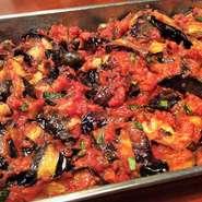 ナス等の野菜を、濃縮した特製トマトソース、松の実、バジルで和えたシチリア名物