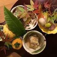 味、香り、彩りを季節の食材でバランス良く、少し遊び心も取り入れながら、季節の草花を添えるとその季節の風景を写しだす。 これこそが游膳の一番の醍醐味です。