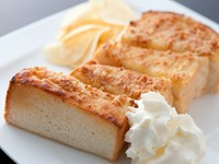こんがり焼き色の手づくりのアーモンドペーストが香ばしいトースト。ホイップ&メープルシロップ付。