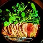 ご注文を頂いてからダッチオーブンで燻製・ローストにする出来立てジューシーなローストビーフ。お肉は人気の高い希少部位イチボやランプを使用。是非とも食べて欲しい逸品です。