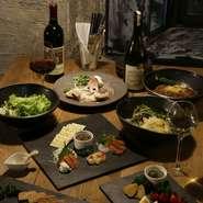 3階のフロアは30名まで収容でき、貸切が可能で、宴会に最適です。2名からコース料理を堪能できます。