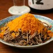 築地・桑名・大分・北海道など全国各地の旨い食材を炉端焼きという表現でご提供! 旬の食材を活かし毎日変わる日替わりメニューは常時20品以上。 日本酒のアテを中心に取り揃えております!