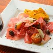 ヴェントリチーナほか、長期間熟成して作られた食感が柔らかなアブルッツォ地方独特のサラミが楽しめます。