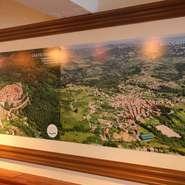 日本ではまだ馴染みの薄いアブルッツォ地方。店内ではオーナーやシェフの故郷を空撮写真で紹介しています。