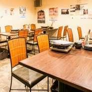 店内は、居心地の良いアットホームな空間。大きめのテーブルでゆったり座れるので、じっくりと食事を楽しめます。いつでも明るく迎えてくれるスタッフの笑顔が心地よく、カウンターもあるのでお一人様でも大歓迎。
