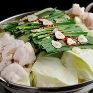 キャベツ・にら・牛もつの鍋。鶏ガラを8時間じっくり煮込んだ白濁スープに野菜の甘みを加えた特別スープ。