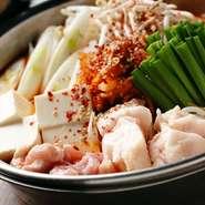 もやし・キムチ・とうふ・にら・牛もつ。韓国味噌を使ったピリ辛ホルモンチゲ鍋です。