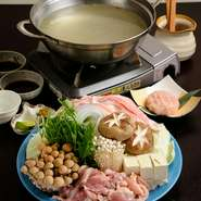 徳島では珍しい、鶏肉を使った水炊きを味わえます。地元の自然が育んだ「神山鶏」はジューシー感と適度な歯ごたえがあり、旨みが染み出したスープは雑炊やうどんなどの締めでしっかりと味わって。