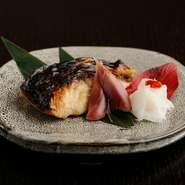 独自ブレンドの西京味噌に漬け込んであり、焼酎と日本酒のおつまみにぴったりな一品。写真は鰆です。