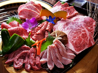 店内常備の肉のショーケース、視覚でも美味しさを感じられます