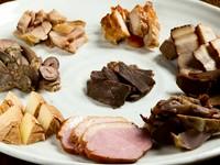 「合鴨ロース」「鹿ロース」「牛タンタン先」「豚バラ」「鶏レバー(ハート付)」「砂肝」「鶏もも」「鶏肩」