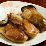 岩手県の三陸釜石湾大槌町で獲れる大粒の牡蠣が使われています。燻材は、サクラ、ナラ、ヒッコリーを使用。素材の凝縮した味を、店で、「よ市」で、ご家庭でお楽しみください。