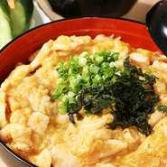 お店おすすめメニューの一つ『親子丼』は、三河産の鶏胸肉を使い、名古屋風の濃いめの味付け。岩手県産のこだわりの玉子は、なめらかな口当たりの絶妙な火加減で仕上げられています。ランチやディナーにもおすすめ。