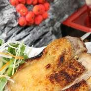 名古屋に店を構える鳥重商店グループの直営店。こだわりの鶏肉は鮮度を大事にし、毎日丸のまま送られてきます。鶏肉は美味しいだけではなく、健康にも美容にも良いのだとか。旨みたっぷりの逸品が味わえるお店です。